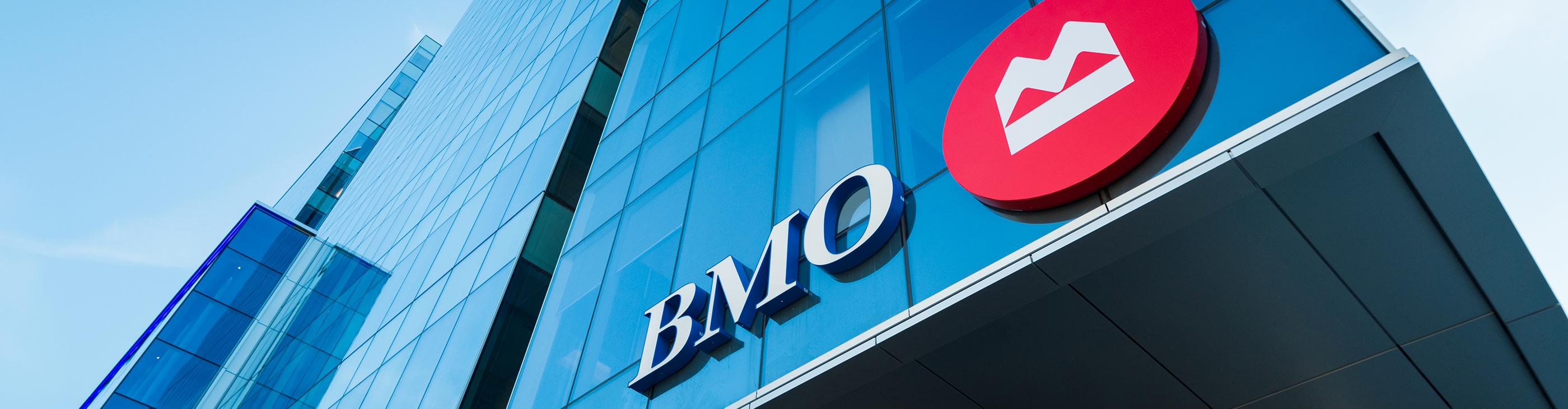 Logo de BMO sur un immeuble de bureaux.