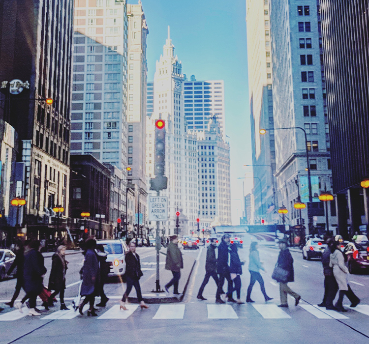 Les gens traversent une intersection achalandée au centre-ville de Chicago.